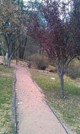 Kohl's Ranch Lodge : Walking paths near cabins and creek