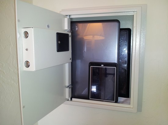Days Inn Tropical Seas: Very large safe!