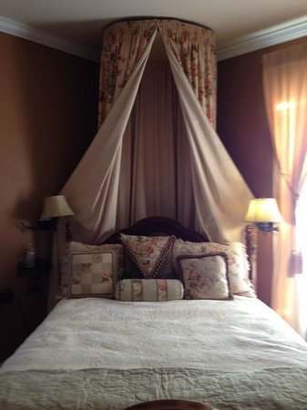 Bayberry Inn of Newport: Gold Room bed