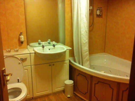 Leapark Hotel: Big bathroom