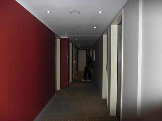 Leonardo Hotel Berlin: Pasillo