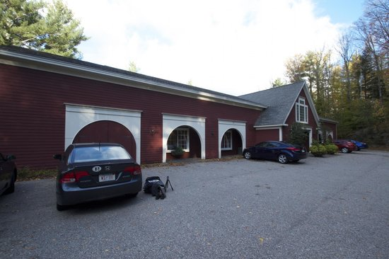 Christmas Farm Inn & Spa : Carriage House parking area