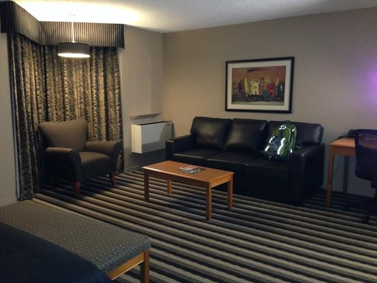 Executive Royal Hotel Edmonton: Living Area across from bed