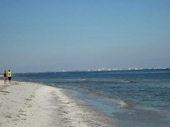 Sanibel Inn: View from Lighthouse beach