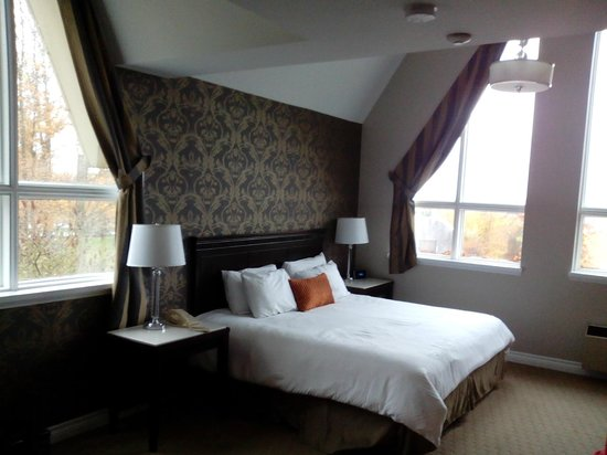 Elm Hurst Inn & Spa : Large corner room