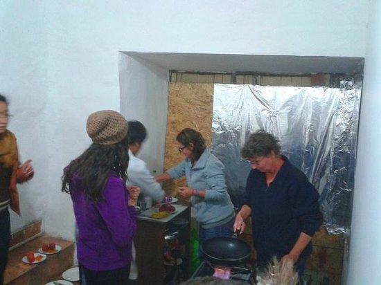 Intro Hostels Cusco: 1st team coocking
