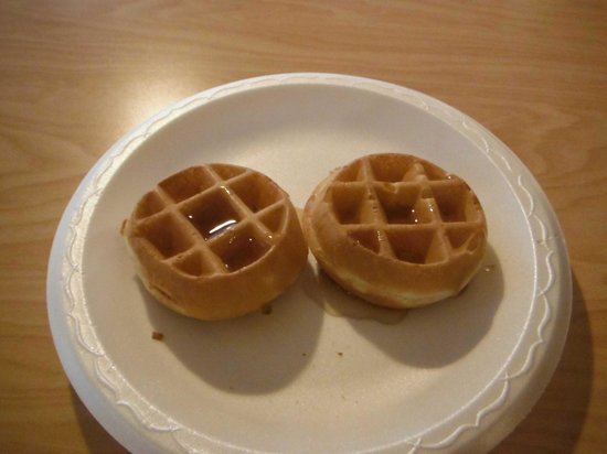 La Quinta Inn & Suites LAX: Cold and terrible tasting waffles.