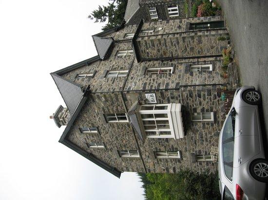 Bryn Afon Guest House: Guest parking area by riverside