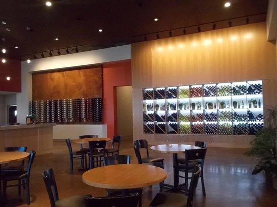 Four Daughters Vineyard & Winery: Restaurant Interior