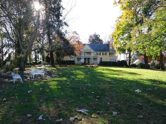 Prospect Hill Plantation Inn : Main house from a distance
