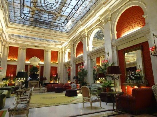 Hotel Avenida Palace: Leyendo o tomando algo, es solo una excusa para admirar el entorno