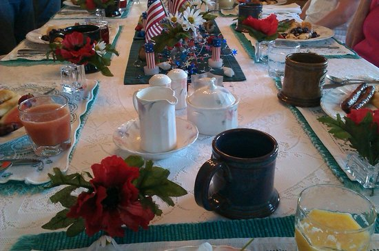 Fox Hollow Bed and Breakfast at Baxter Creek: Beautifully Set Table