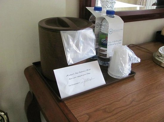 Travelodge Hotel Niagara Falls Fallsview: Water ($2.50/bottle)