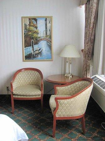 Travelodge Hotel Niagara Falls Fallsview: Corner of living room