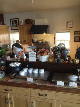 Agate Cove Inn Hotel : Buffet of goodies in dining room