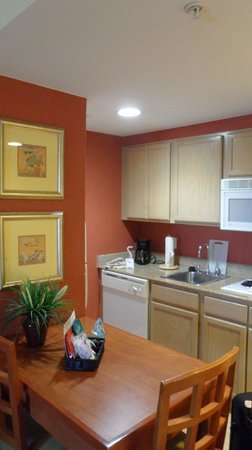 Homewood Suites Orlando-Nearest to Universal Studios: Kitchen Area