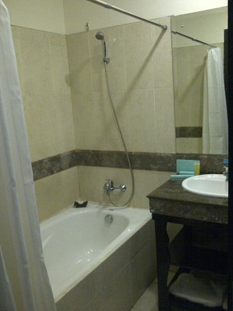 The Bellezza Suites: Bathroom