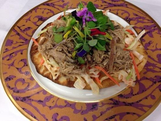Kauna'oa Bar & Grill : kalua pig and spicy guava slaw