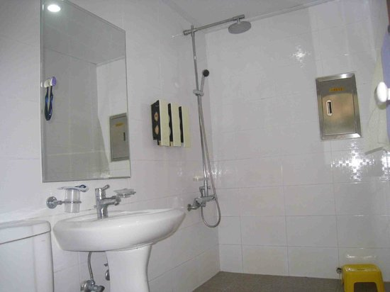 Guesthouse Jagalchiya: Nice-sized bathroom for hostel with rain shower or hand-held shower head