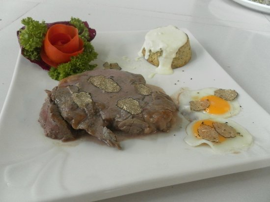 L'oasi Italiana: tenderloin USA, cabbage pie with goat cheese cream and 2 quail eggs with truffles