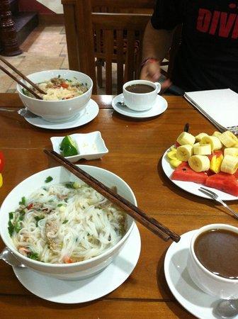Finnegans Hotel: breakfast: coffee, pho bo and fruit plate