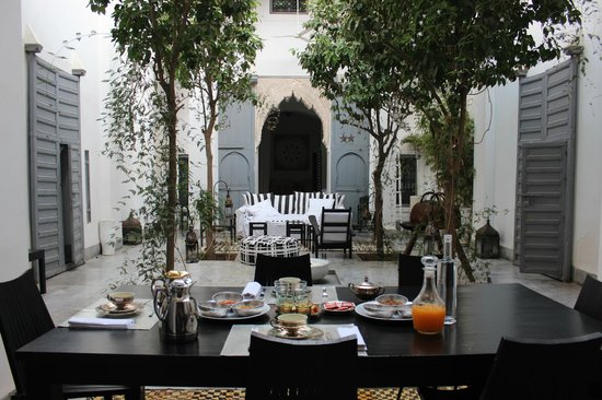 Dar Kawa Riad : Central Courtyard at Breakfast.