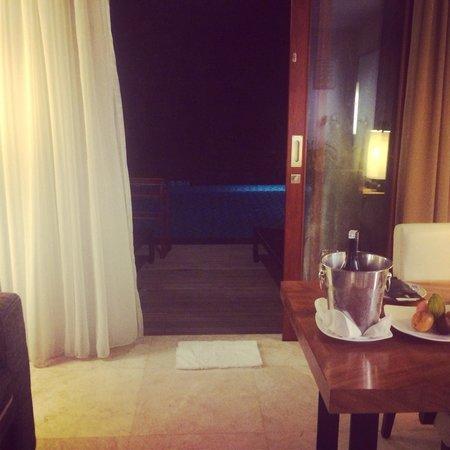 Melia Bali Indonesia: Lounge room to pool