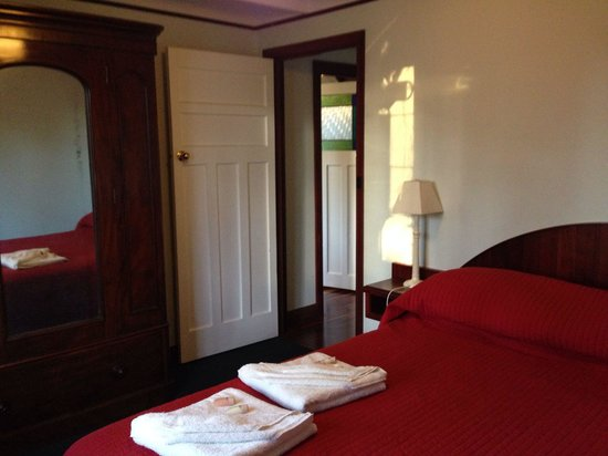Admiral Stirling Inn : One of the downstairs double bedrooms