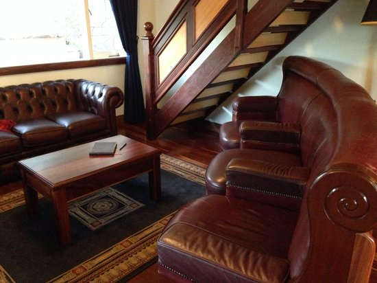 Admiral Stirling Inn : Living area with old parliament sofas