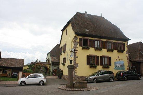 Hotel La Bergerie: Отель со стороны улицы.