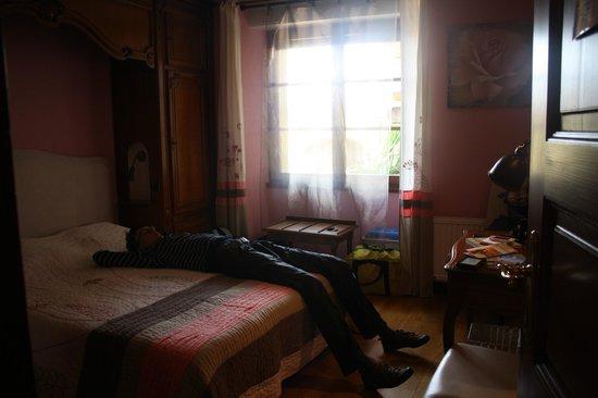 Hotel La Bergerie: Наш номер на первом этаже. Очень уютный и аккуратный.
