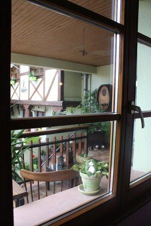 Hotel La Bergerie: Вид из нашего окна на нашу терраску со столом.