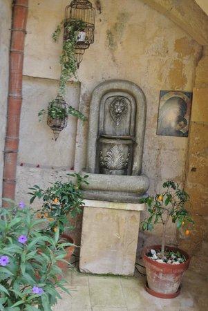 Casa Sonette : Water fountain in courtyard