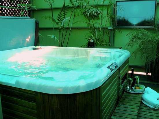 Barossa Country Cottages: Relax in our full size spa