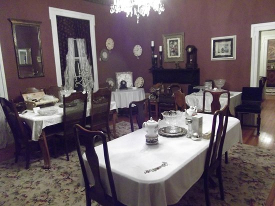 Keegan Cook House Bed and Breakfast: Dining
