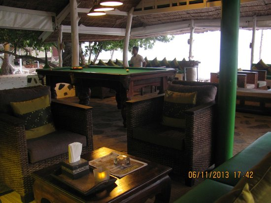 Milky Bay Resort: Bar  and pool table