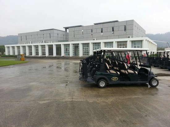 Orient Golf Course: Buggy park in front of Clubhouse