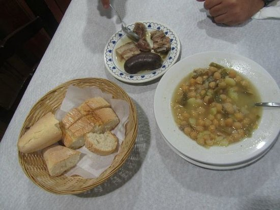 Canar, Espanha: Lunch of the day with hearty chick pea stew