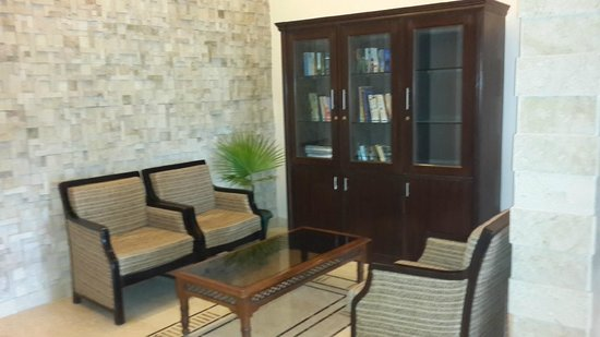 Country Inn & Suites by Carlson Mussoorie: Library