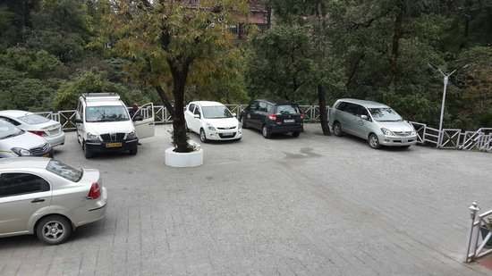 Country Inn & Suites by Carlson Mussoorie: Parking area