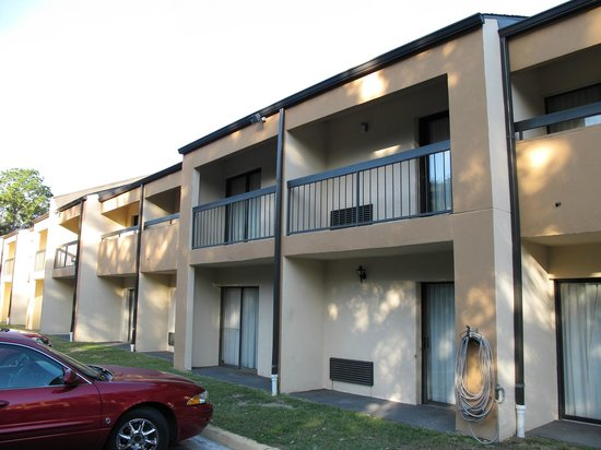 Quality Inn & Suites Pensacola Bayview: les chambres à l'étage ont un balcon