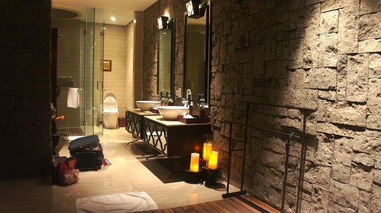 Berry Amour Romantic Villas: Night view of Outdoor Bathroom