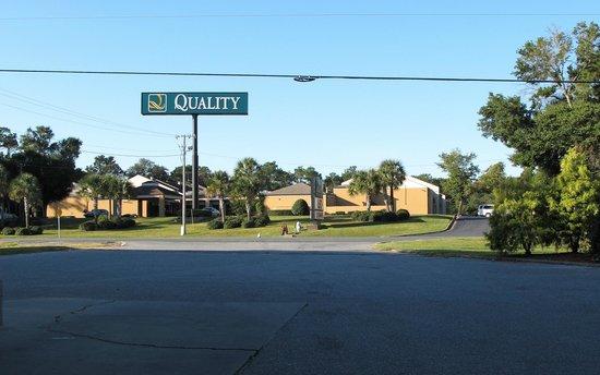 Quality Inn & Suites Pensacola Bayview: vue depuis la station service en face