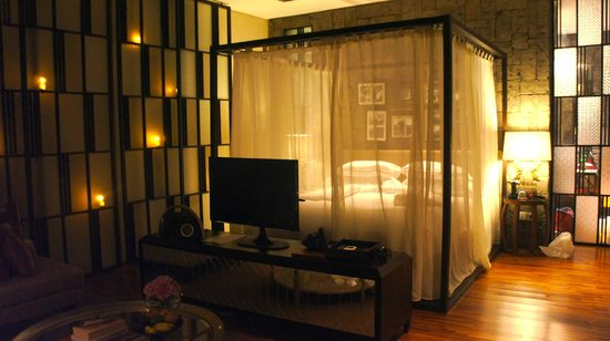 Berry Amour Romantic Villas: night time bedroom