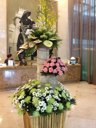 Liberty Central Saigon Centre Hotel: Beautiful flower displays every day