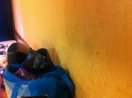 """Hotel Centro Turistico Gardesano: Pulizia zero. Guardate il """"nero"""" su questa parete...."""