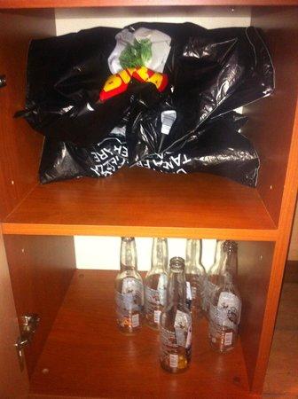 Hotel Centro Turistico Gardesano: Nel mobiletto sotto la TV abbiamo trovato bottiglie vuote. Complimenti!