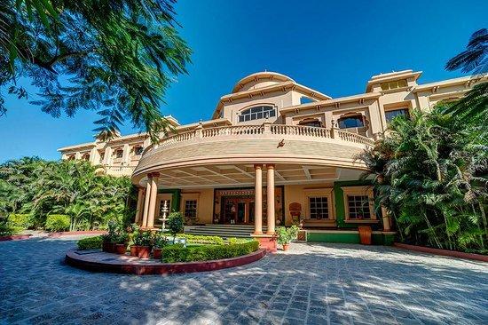 Shraddha Inn: Hotel Exterior