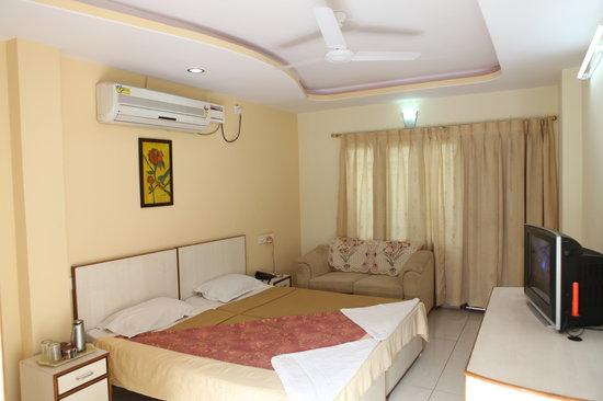 Karishma Homes: Luxury Bedroom with Bath