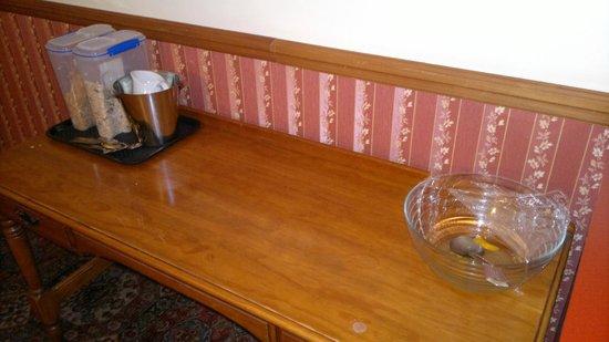 Shepherds Arms Hotel: Breakfast bar at  07:30 - No bowls, milk or fruit. Same at 08:30